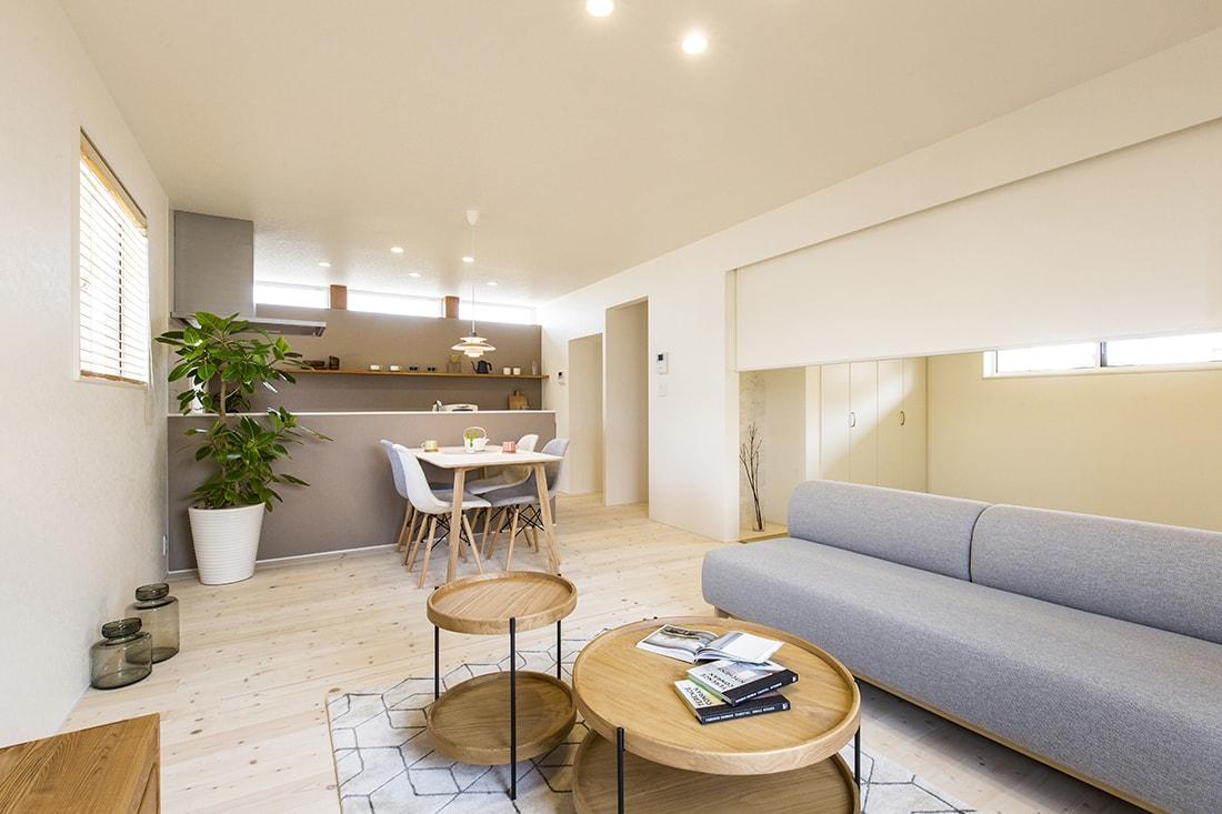 熊本で家を建てるなら愛住宅。インナーガレージのある家のキュートでかわいい内観。
