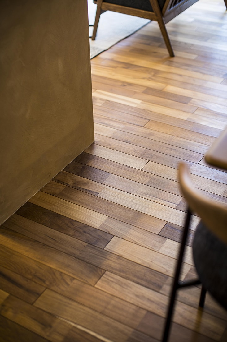 熊本で家を建てるなら愛住宅。無垢の床材チーク