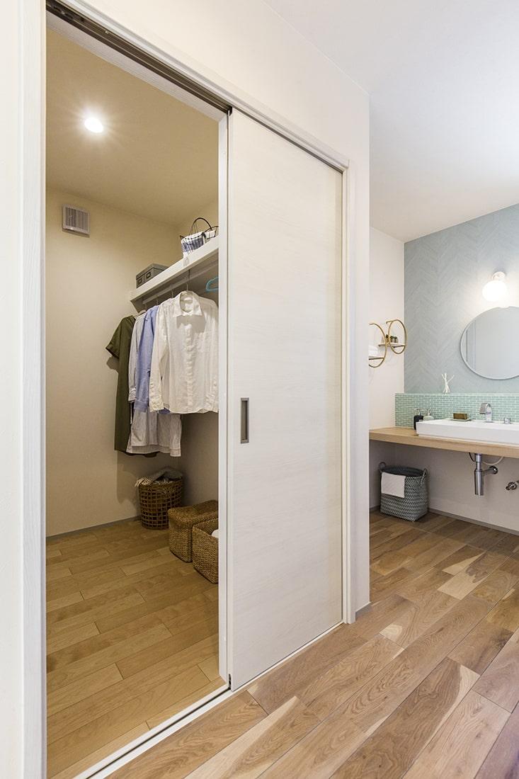 熊本で家を建てるなら愛住宅。施工例。ファミリークローゼット。洗面台。